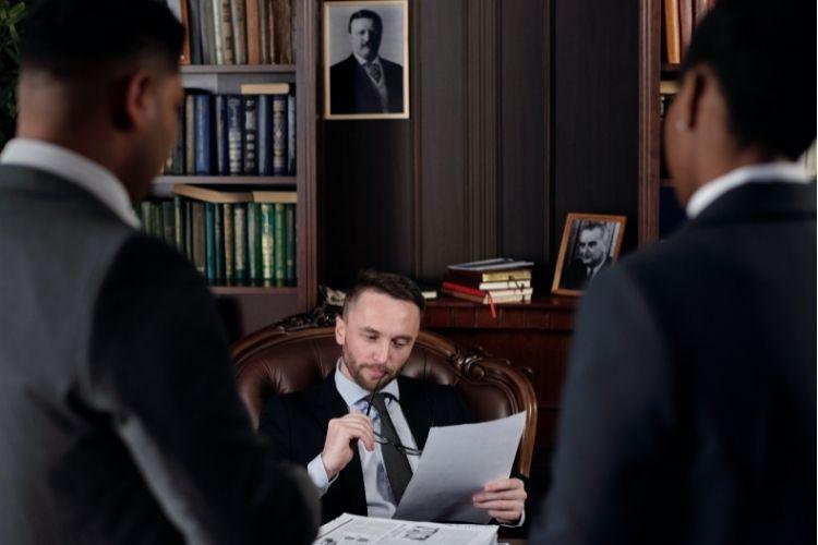 Jakie dokumenty zabrać na spotkanie z prawnikiem?